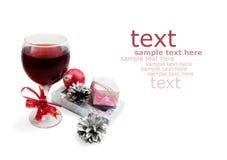 Vidrio con el vino y los regalos Imagen de archivo libre de regalías