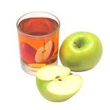 Vidrio con el zumo de manzana y la manzana. foto de archivo
