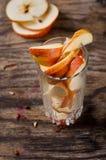 vidrio con las rebanadas de manzanas imágenes de archivo libres de regalías