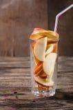vidrio con las rebanadas de manzanas Fotografía de archivo libre de regalías