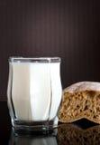Vidrio con leche imágenes de archivo libres de regalías