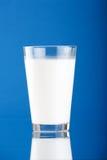 Vidrio con leche Fotos de archivo libres de regalías