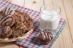 Vidrio con leche y galletas Foto de archivo