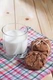 Vidrio con leche y galletas Fotografía de archivo libre de regalías