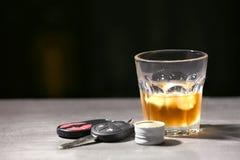 Vidrio con llaves del alcohol y del coche fotografía de archivo libre de regalías