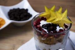 Vidrio con los cereales y las frutas Imagen de archivo