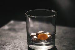 Vidrio con los dulces en la tabla para los niños y los adultos imagenes de archivo