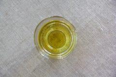 Vidrio con Olive Oil Standing On una lona y fotografiado de Fotos de archivo