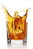 Vidrio con salpicar la bebida del whisky imágenes de archivo libres de regalías