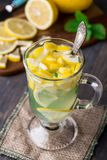Vidrio con té de la menta y del limón Imágenes de archivo libres de regalías