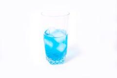 Vidrio con una bebida y un hielo Fotos de archivo libres de regalías