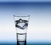 Vidrio corto de la bebida con los cubos claros del líquido y de hielo fotos de archivo libres de regalías