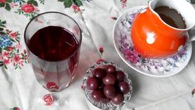 Vidrio cristalino con un jugo de fruta Cerezas cerca del vidrio Miel en un jarro almacen de video