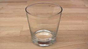 Vidrio de agua chispeante almacen de video