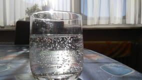 Vidrio de agua chispeante fotografía de archivo libre de regalías