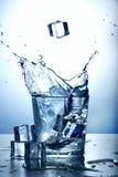 Vidrio de agua con el chapoteo imagen de archivo libre de regalías