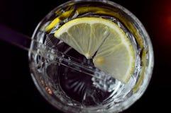 Vidrio de agua con el limón foto de archivo libre de regalías