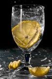 Vidrio de agua con el limón Foto de archivo