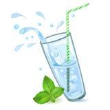 Vidrio de agua con hielo y la menta Foto de archivo libre de regalías