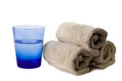 Vidrio de agua con las toallas de mano fotos de archivo