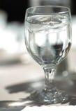 Vidrio de agua de hielo imágenes de archivo libres de regalías