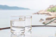 Vidrio de agua en el restaurante al aire libre Foto de archivo