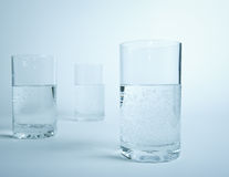 Vidrio de agua en línea Foto de archivo