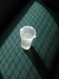 Vidrio de agua en luz del sol de la ventana Fotografía de archivo