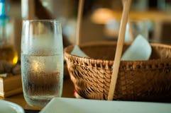Vidrio de agua fría en la tabla Fotografía de archivo libre de regalías