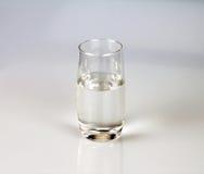 Vidrio de agua fresca de la bebida en backgrund gris Fotos de archivo libres de regalías
