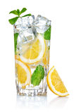 Vidrio de agua fresca fresca con el limón Fotografía de archivo libre de regalías