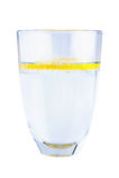 Vidrio de agua mineral con el limón aislado en el fondo blanco Imagen de archivo