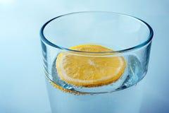 Vidrio de agua mineral pura con el limón Imagen de archivo libre de regalías
