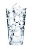Vidrio de agua pura con los cubos de hielo Fotografía de archivo libre de regalías