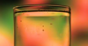 Vidrio de agua de soda Levantamiento efervescente de las burbujas almacen de metraje de vídeo