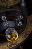 Vidrio de alcohol en una barra Imagen de archivo libre de regalías