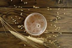 Vidrio de alta cerveza de las opiniones Imágenes de archivo libres de regalías