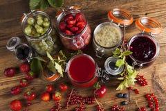 Vidrio de atasco mezclado de la baya con las fresas, arándanos, curr rojo Foto de archivo libre de regalías