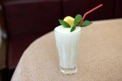 Vidrio de batido de leche en restaurante imagen de archivo libre de regalías