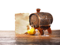 Vidrio de brandy, barril, documento viejo sobre un fondo blanco Fotografía de archivo libre de regalías