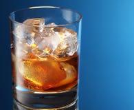 Vidrio de brandy con los cubos de hielo Foto de archivo