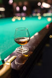 Vidrio de brandy en la tabla para los billares Fotos de archivo libres de regalías