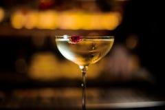 Vidrio de cóctel misted elegante llenado de la bebida dulce sabrosa adornada con el brote color de rosa foto de archivo libre de regalías