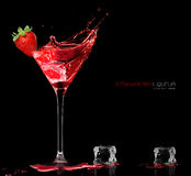 Vidrio de cóctel elegante con salpicar del licor de la fresa Templat Fotos de archivo libres de regalías