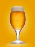 Vidrio de cerveza aislado con el fondo anaranjado imagen de archivo libre de regalías