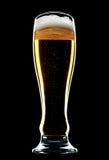 Vidrio de cerveza aislado sobre un fondo negro imágenes de archivo libres de regalías