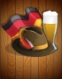 Vidrio de cerveza, bandera alemana y sombrero de Oktoberfest Foto de archivo