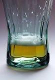 Vidrio de cerveza - casi vacie imagenes de archivo