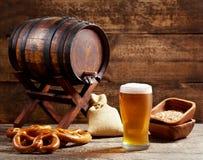 Vidrio de cerveza con el barril Fotografía de archivo libre de regalías