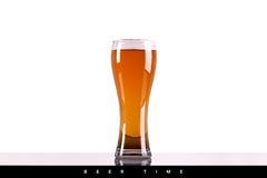 Vidrio de cerveza con espuma en el fondo blanco Foto de archivo